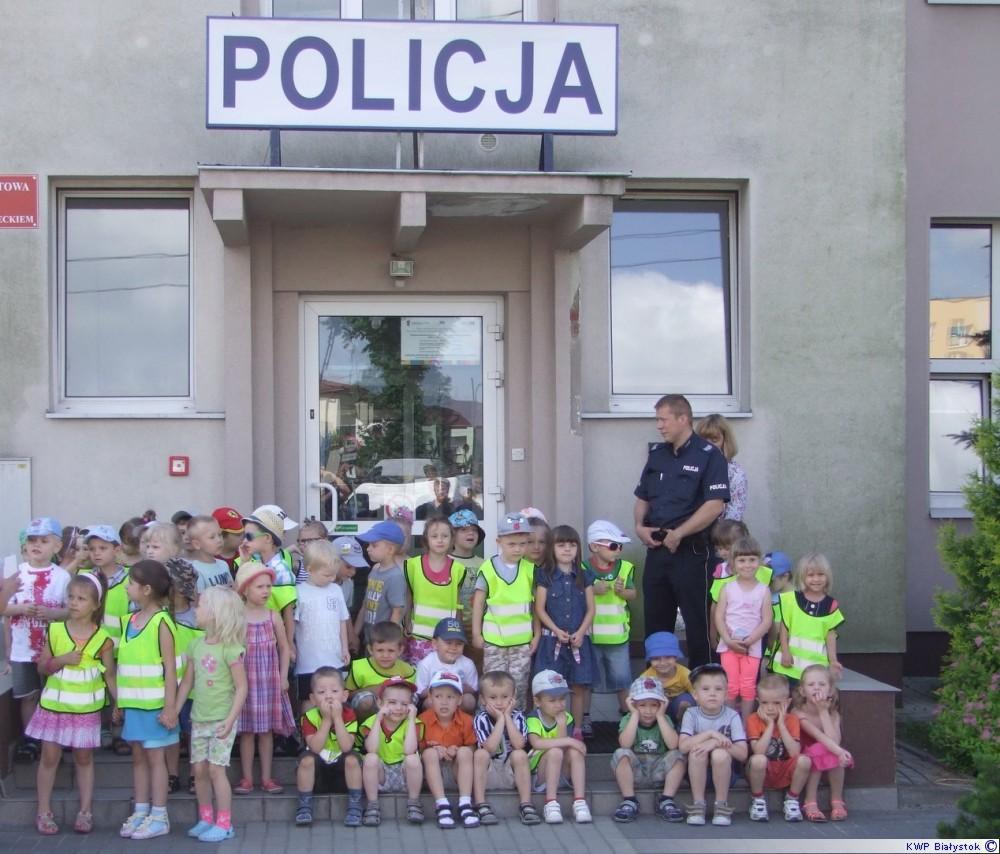 dzieci przed budynkiem policji