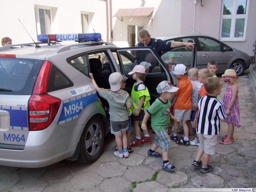dzieci oglądają radiowóz