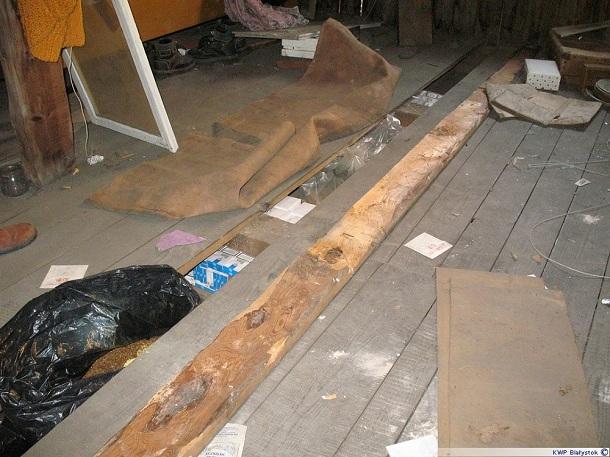 Kontrabanda ukryta była pod podłogą domu